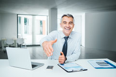 Businessman giving an handshake Royalty Free Stock Photography