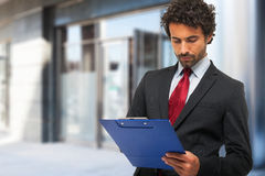 Businessman holding a clipboard Royalty Free Stock Images