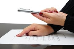 Businessman offering  a pen to sign a agreement Royalty Free Stock Photos