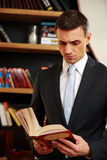Businessman reading the book Royalty Free Stock Photography
