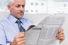 Businessman reading the news Royalty Free Stock Photos