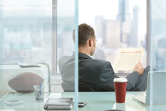Businessman reading newspaper Royalty Free Stock Photography