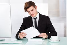 Businessman reading paper Royalty Free Stock Photos