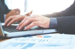 Businessman& x27; s-Hände, die auf Laptoptastatur schreiben lizenzfreies stockfoto