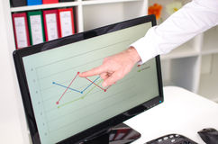 Businessman showing a graph on the screen Royalty Free Stock Photography