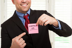 Businessman showing a post-it Royalty Free Stock Images