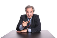 Businessman at a table pointin Royalty Free Stock Photos