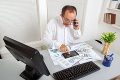 Businessman and tablet Royalty Free Stock Photography