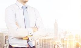 Businessman& x27 ; torse de s contre la vue de New York, modifiée la tonalité image stock