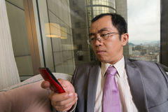 Businessman using cellphone Royalty Free Stock Photography