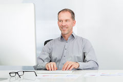 Businessman Using Computer Royalty Free Stock Photography