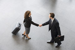 A businessman and woman shaking hands Royalty Free Stock Photography