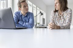 Businessman and woman having a chat Royalty Free Stock Image