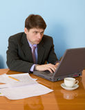 Businessman on a workplace with the laptop Royalty Free Stock Photos