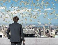 Businessmanlooking στα πετώντας χρήματα Στοκ Φωτογραφίες