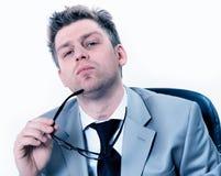 Businessmann bardzo koncentrujący przy biurem Obraz Stock