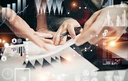 Businessmans乘员组运作的银行投资项目现代办公室 人标志文件的候宰栏 全世界 库存图片