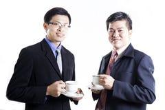 2 Businessmans говоря и выпивают кофе Стоковые Фото