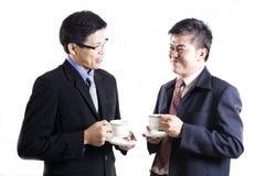 2 Businessmans говоря и выпивают кофе Стоковые Фотографии RF