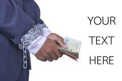 Businessmans händer fast kedjade hållande pengar Arkivbilder