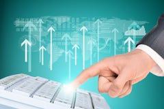 Businessmans-Hand auf Weltkarte Stockfotografie