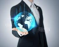 Businessmans-Hand, die Erdkugel zeigt lizenzfreies stockfoto