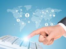 Businessmans hand med tangentbordet och världskartan Royaltyfri Bild