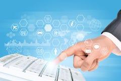 Businessmans-Hand mit Tastatur und Ikonen Lizenzfreie Stockfotografie