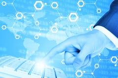 Businessmans-Handpressen auf Tastatur Stockfoto