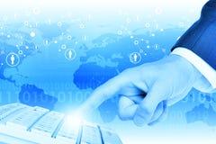 Businessmans-Handrührende Tastatur Lizenzfreie Stockfotos