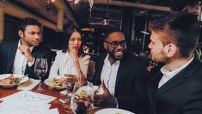 Businessmans que tem a reunião no restaurante interno imagens de stock