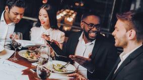 Businessmans som har möte i inomhus restaurang royaltyfri fotografi