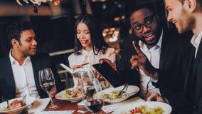 Businessmans som har möte i inomhus restaurang royaltyfri foto