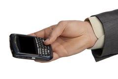 Businessmanshand die een smartphone aanbieden Stock Foto