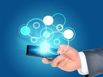 Businessmanshand die smartphone gebruiken Stock Afbeelding