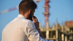 BusinessmanTalking op Mobiele Telefoon stock video