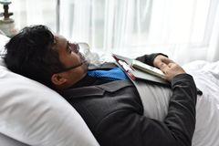 Businessmen continue to work. And make money. At the time of hospitalization. Stay in the hospital bed Stock Photos