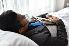 Businessmen continue to work. And make money. At the time of hospitalization. Stay in the hospital bed Royalty Free Stock Photos