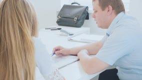 Businessmens haben eine Diskussion und das Arbeiten mit Projekt im Büro stock video