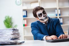Businessmsn med den läskiga framsidamaskeringen som i regeringsställning arbetar Royaltyfria Bilder