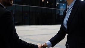 Businesspartners, мужчина и женщина делая рукопожатие видеоматериал