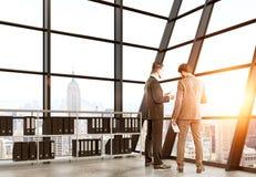 Businesspeolpe die contract bespreken Stock Afbeelding