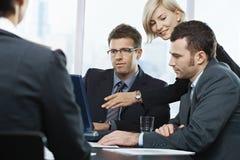 businesspeople κοίταγμα lap-top στοκ φωτογραφία
