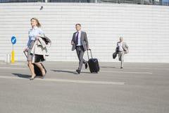 Businesspeople με τις αποσκευές που τρέχουν στην οδό Στοκ Εικόνες