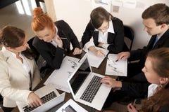 Businesspeople με τον υπολογιστή και τα έγγραφα Στοκ Φωτογραφίες