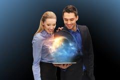 Businesspeople με το PC ταμπλετών και το ολόγραμμα πλανητών Στοκ εικόνες με δικαίωμα ελεύθερης χρήσης
