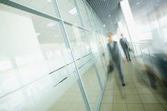 businesspeople περπατώντας Στοκ Εικόνες