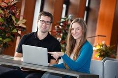 Businesspeople που έχει το σπάσιμο στο δωμάτιο λόμπι Στοκ φωτογραφία με δικαίωμα ελεύθερης χρήσης