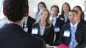 Businesspeople που ακούει τον ομιλητή στη διάσκεψη φιλμ μικρού μήκους