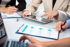 Businesspeople που αναλύει τα οικονομικά στοιχεία Στοκ Εικόνα